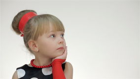 Κορίτσι παιδιών που εξετάζει το διάστημα αντιγράφων απόθεμα βίντεο
