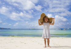 Κορίτσι παιδιών στο θερινό καπέλο στην τροπική ανασκόπηση θάλασσας Στοκ Φωτογραφία