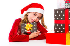 Κορίτσι παιδιών Santa Χριστουγέννων ευτυχές που διεγείρει με τα δώρα κορδελλών Στοκ εικόνες με δικαίωμα ελεύθερης χρήσης