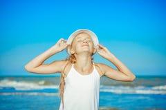 κορίτσι παραλιών ευτυχές λίγα Στοκ Εικόνα