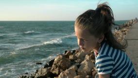 κορίτσι παραλιών λίγα θυελλώδης ημέρα στο ηλιοβασίλεμα Μοναξιά έννοιας απόθεμα βίντεο