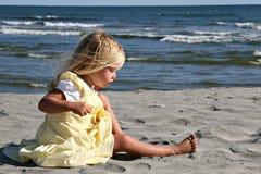 κορίτσι παραλιών λίγα Στοκ Εικόνες