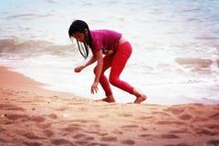 κορίτσι παραλιών λίγο παιχνίδι Στοκ εικόνα με δικαίωμα ελεύθερης χρήσης