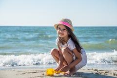 κορίτσι παραλιών ευτυχές λίγα Στοκ εικόνα με δικαίωμα ελεύθερης χρήσης