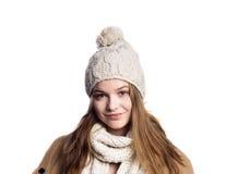 Κορίτσι παλτό, το μαντίλι και το καπέλο, πυροβολισμός στούντιο, που απομονώνεται στο χειμερινό στοκ φωτογραφία