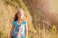 κορίτσι πεδίων στοκ εικόνα με δικαίωμα ελεύθερης χρήσης