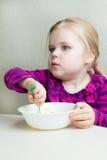 κορίτσι πεινασμένο λίγα στοκ φωτογραφία με δικαίωμα ελεύθερης χρήσης