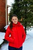 Κορίτσι περιπάτους στους κόκκινους καπέλων στο Winter Park Στοκ Εικόνες
