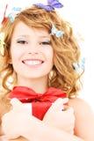 Κορίτσι πεταλούδων με το δώρο Στοκ φωτογραφία με δικαίωμα ελεύθερης χρήσης