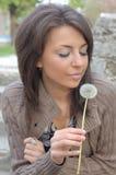 κορίτσι πικραλίδων όμορφ&omicron Στοκ Φωτογραφίες