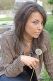 κορίτσι πικραλίδων όμορφ&omicron Στοκ εικόνες με δικαίωμα ελεύθερης χρήσης
