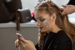 Κορίτσι πλεξουδών ύφανσης σε ένα κομμωτήριο Στοκ εικόνα με δικαίωμα ελεύθερης χρήσης