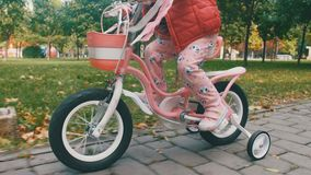 κορίτσι ποδηλάτων λίγα απόθεμα βίντεο