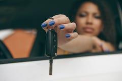 Κορίτσι πολύ ευτυχές μετά από να αγοράσει ένα νέο αυτοκίνητο στοκ φωτογραφία