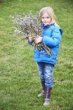 Κορίτσι πορτρέτου με έναν κλάδο της ιτιάς γατών Salix Παραδόσεις Πάσχας Στοκ Εικόνα