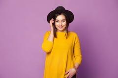 Κορίτσι πορτρέτου μόδας δροσερό αρκετά με το σύγχρονο καπέλο Στοκ εικόνα με δικαίωμα ελεύθερης χρήσης