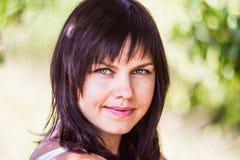 Κορίτσι πορτρέτου στο πράσινο υπόβαθρο Στοκ Εικόνες