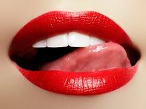 κορίτσι πορτών επόμενο Κινηματογράφηση σε πρώτο πλάνο προσώπου ομορφιάς χείλια προκλητικά Κόκκινη λεπτομέρεια χειλικού Makeup ομο Στοκ φωτογραφία με δικαίωμα ελεύθερης χρήσης