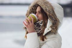 κορίτσι ποτών καφέ Στοκ εικόνα με δικαίωμα ελεύθερης χρήσης