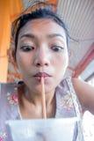 κορίτσι ποτών καφέ στοκ φωτογραφίες με δικαίωμα ελεύθερης χρήσης