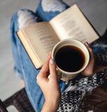 Κορίτσι που έχει ένα κενό με το φλυτζάνι του φρέσκου καφέ μετά από να διαβάσει τα βιβλία ή να μελετήσει και στοκ εικόνες
