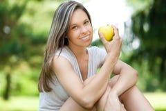Κορίτσι που έχει ένα υγιές πρόχειρο φαγητό μήλων στοκ εικόνα