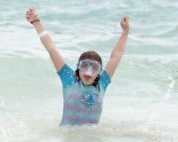 Κορίτσι που έχει τη διασκέδαση στην καραϊβική θάλασσα, Playa Paraiso, Tulum, Μεξικό Στοκ Φωτογραφία