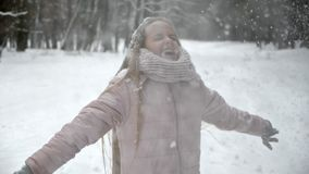 Κορίτσι που έχει τη διασκέδαση στο χειμερινό δάσος - σε αργή κίνηση απόθεμα βίντεο