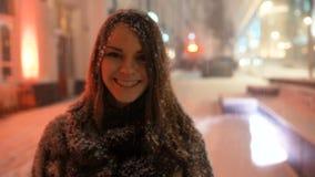 Κορίτσι που έχει τη διασκέδαση έξω τη χειμερινή χιονώδη ημέρα απόθεμα βίντεο