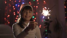 Κορίτσι που έχει τη διασκέδαση με Sparkler φιλμ μικρού μήκους