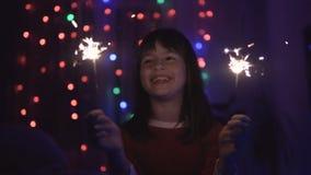 Κορίτσι που έχει τη διασκέδαση με Sparklers φιλμ μικρού μήκους