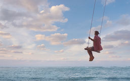 Κορίτσι που έχει τη διασκέδαση στην ταλάντευση Στοκ εικόνες με δικαίωμα ελεύθερης χρήσης