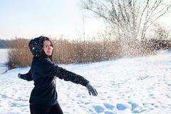 Κορίτσι που έχει τη διασκέδαση στη χειμερινή λίμνη Στοκ Εικόνες