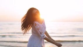 Κορίτσι που έχει τη διασκέδαση στο ηλιοβασίλεμα φιλμ μικρού μήκους