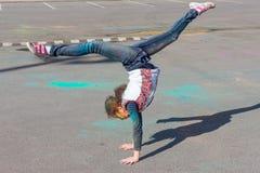 Κορίτσι που έχει τη διασκέδαση στο φεστιβάλ των χρωμάτων Στοκ Εικόνες