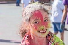 Κορίτσι που έχει τη διασκέδαση στο φεστιβάλ των χρωμάτων Στοκ φωτογραφίες με δικαίωμα ελεύθερης χρήσης