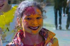 Κορίτσι που έχει τη διασκέδαση στο φεστιβάλ των χρωμάτων Στοκ Φωτογραφία