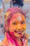 Κορίτσι που έχει τη διασκέδαση στο φεστιβάλ των χρωμάτων Στοκ φωτογραφία με δικαίωμα ελεύθερης χρήσης
