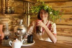 κορίτσι που έχει το τσάι Στοκ εικόνα με δικαίωμα ελεύθερης χρήσης
