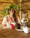 κορίτσι που έχει το τσάι samova &p Στοκ Εικόνα