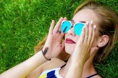 κορίτσι που έχει το υπόλ&omicr στοκ φωτογραφία με δικαίωμα ελεύθερης χρήσης