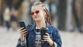 Κορίτσι που έχει Videochat στην οδό απόθεμα βίντεο