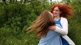 Κορίτσι που αγκαλιάζει τη φίλη φιλμ μικρού μήκους