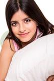Κορίτσι που αγκαλιάζει το μαξιλάρι Στοκ φωτογραφία με δικαίωμα ελεύθερης χρήσης