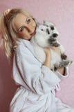 Κορίτσι που αγκαλιάζει δύο κουνέλια Στοκ Εικόνες