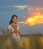 Κορίτσι που αισθάνεται ελεύθερο σε έναν όμορφο τομέα σίτου στοκ εικόνα