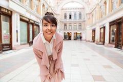 Κορίτσι που ακούει τη μουσική με τα ακουστικά σε μια οδό πόλεων Στοκ Εικόνες