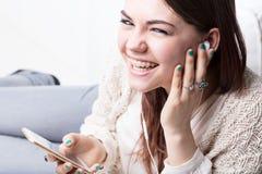 Κορίτσι που ακούει τη μουσική με την ευχαρίστηση Στοκ Εικόνα