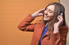 Κορίτσι που ακούει τη μουσική στα μεγάλα ακουστικά στοκ φωτογραφίες με δικαίωμα ελεύθερης χρήσης