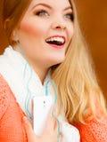 Κορίτσι που ακούει τη χαλάρωση μουσικής mp3 Στοκ Εικόνες